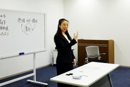 無料体験教室では、熟練の講師がおこなうベーシックコースの講義を1回分、まるまる2時間見学できますので、講義の内容のみならず、雰囲気もしっかりと感じることができます。